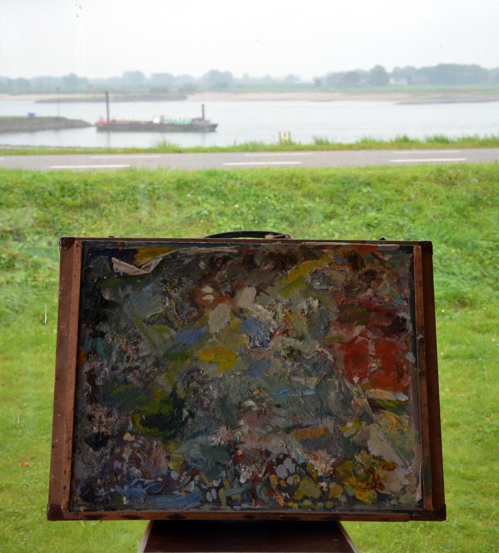 Schilderskist Pieter Kooistra in het Veerhuis aan de Waal.